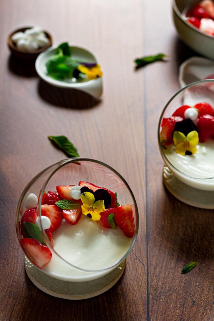 Yoghurtmousse met aardbeien en vlierbloesem
