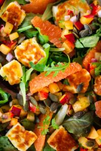 Salade halloumi met pruimensalsa en sinaasappel close-up / www.eenlepeltjelekkers.be