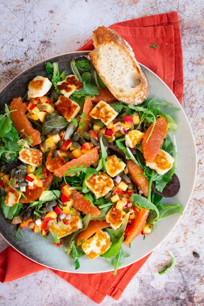 Salade halloumi met pruimensalsa en sinaasappel